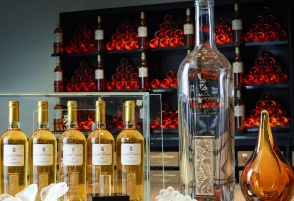 Une vinothèque de vin et de cristal