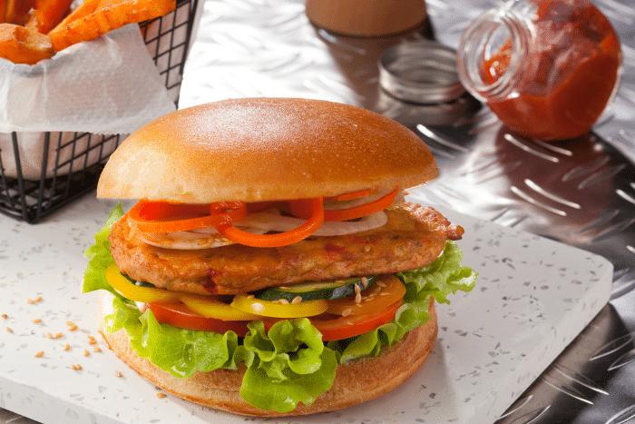 Burger végétal, frites de patates douces et ketchup maison