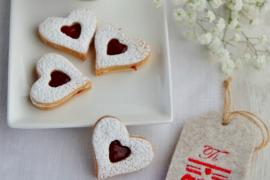 Biscuits coeur à la confiture de framboise