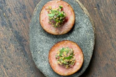 Saucisse de Morteau rôtie aux anchois