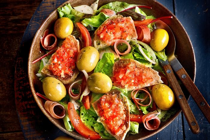 Salade pan con tomate