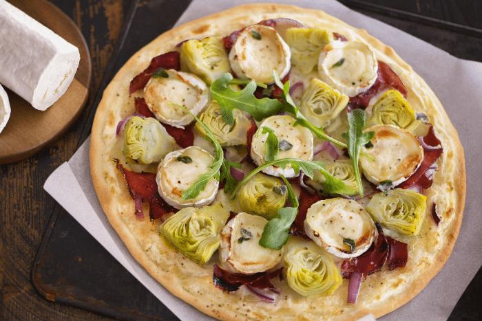 Pizza blanche aux artichauts marinés