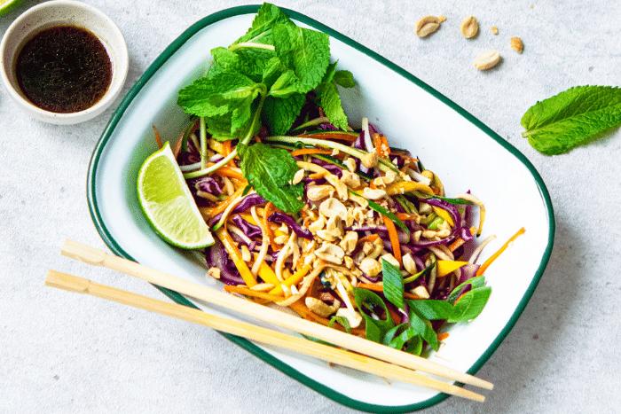Salade thaï à la mangue et aux cacahuètes