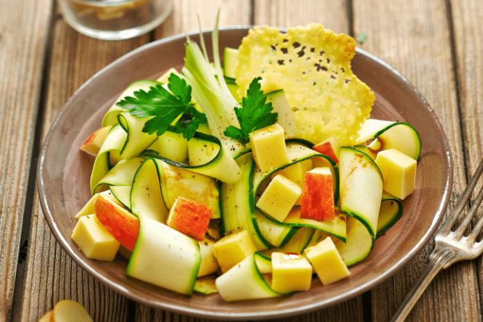 Salade croquante de courgettes à la Raclette