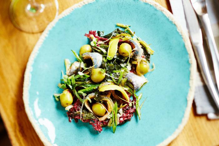 Olives vertes et sardines en salade