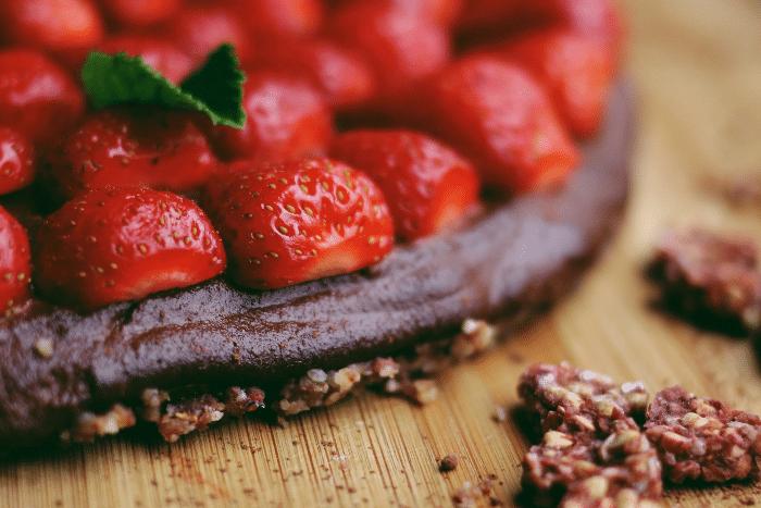 La tarte crue fraises-cacao