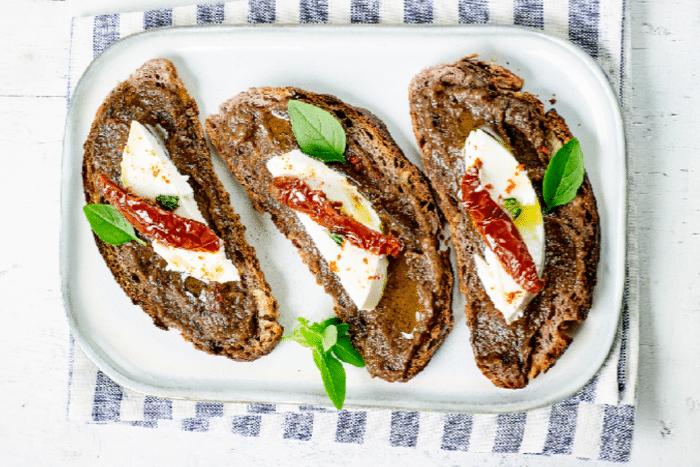 Tartines à la ricotta et au caviar d'aubergine