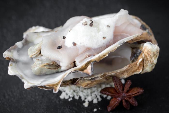 Carpaccio d'esturgeon et huîtres pochées