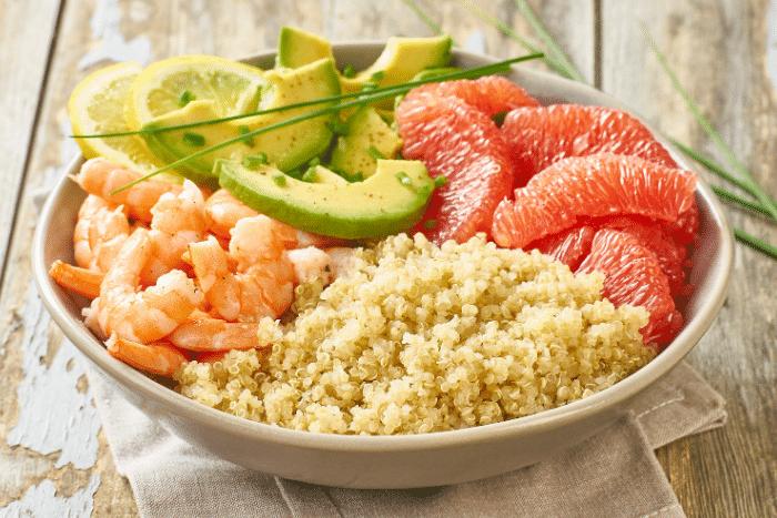 Salade de quinoa aux crevettes et à l'avocat