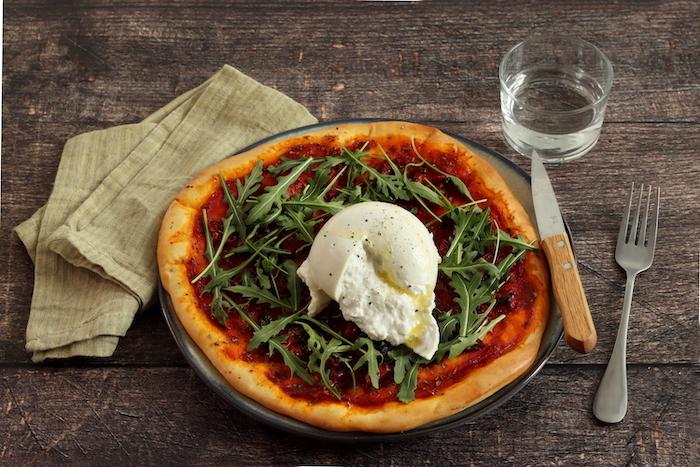 recette de Pizza à la tomate et burrata fraîche