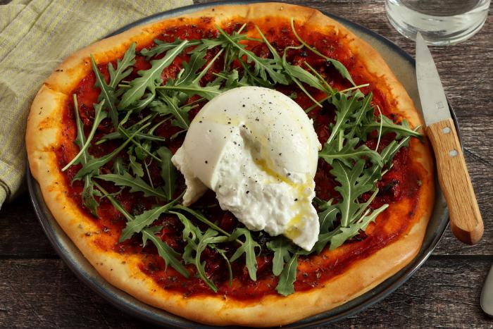 Pizza à la tomate et burrata fraîche