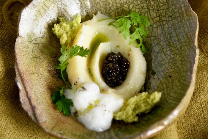 Mousseline de cerfeuil tubéreux au caviar