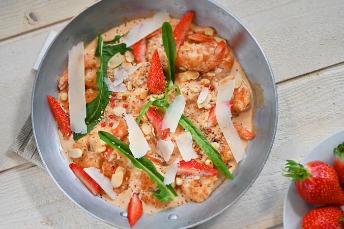 Poêlée de gambas aux fraises et épinards
