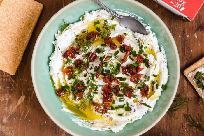 Labneh aux herbes et tomates confites