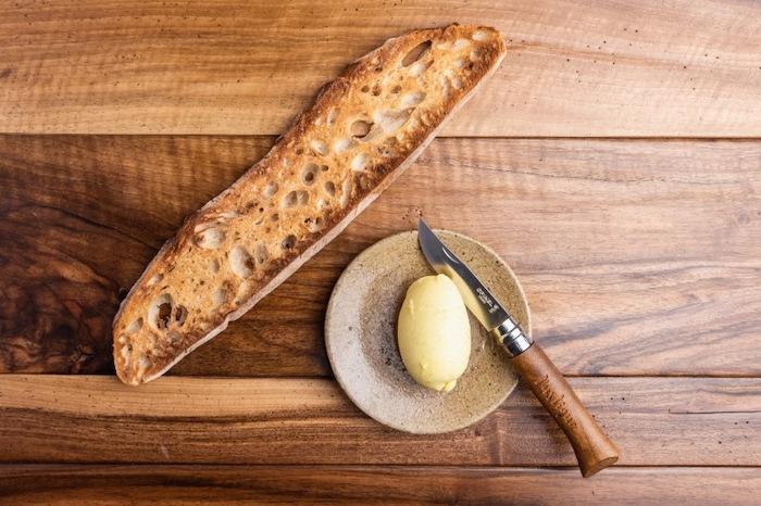 Pain grillé et beurre au foin