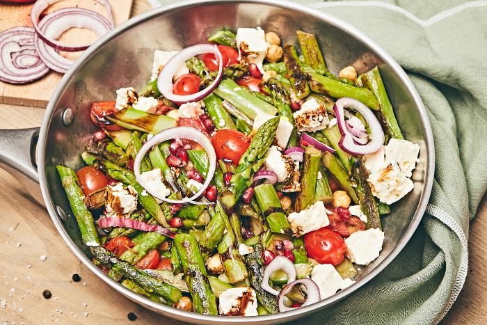 Salade d'asperges poêlées aux tomates cerise et feta