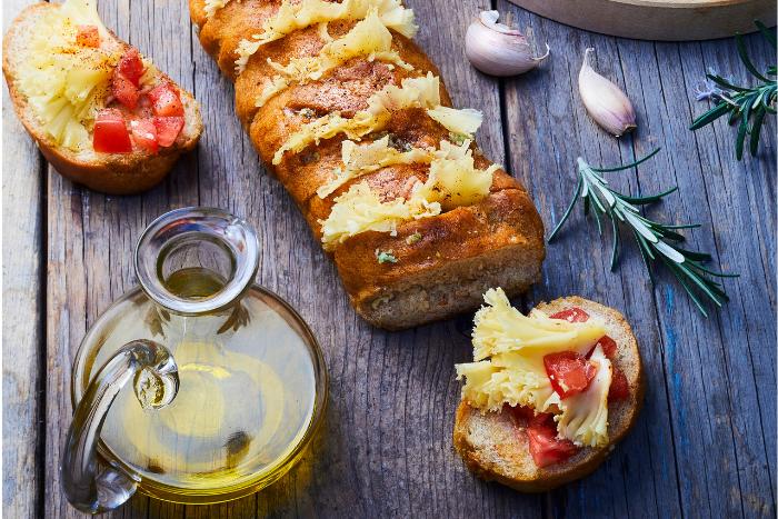Pain à l'ail au tartare de tomates