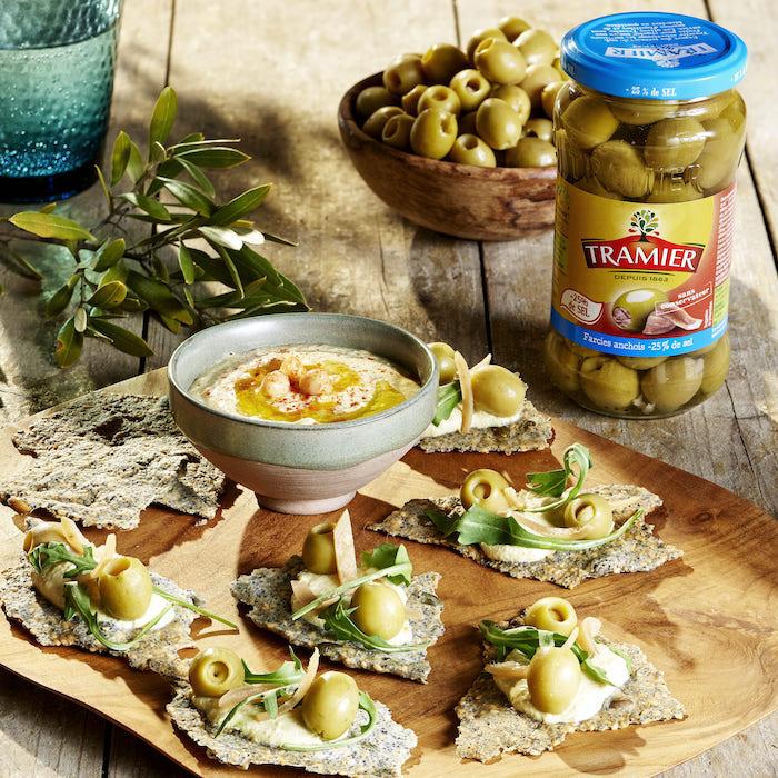 recette de Crackers au houmous et olives aux anchois