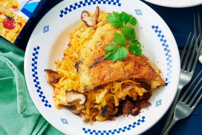 Omelette au bleu et nouilles croustillantes